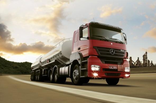 Mercedes-Benz-Axor-Bitrem-Tanque-590x392