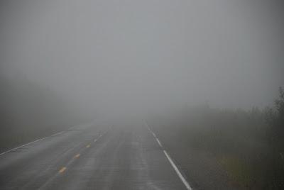 Como conduzir o caminhão em segurança sob neblina