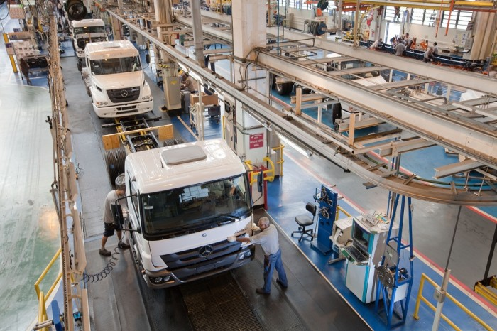 Producao_de_caminhoes_Mercedes_Benz-700x466